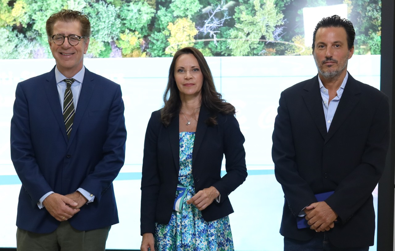 Ο καθηγητής Κωνσταντίνος Συνολάκης, Πρόεδρος της Εθνικής Επιστημονικής Επιτροπής για την Κλιματική Αλλαγή, ο Γενικός Διευθυντής του WWF Hellas Δημήτρης Καραβέλλας και η Μαρία Αναργύρου-Νίκολιτς, Γενική Διευθύντρια για Ελλάδα & Κύπρο, Coca-Cola Τρία Έψιλον.